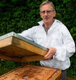 Jaques Hue,apiulteure et formateur en ruche Dadant